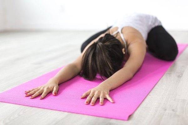 Yoga-Übung auf Sportmatte